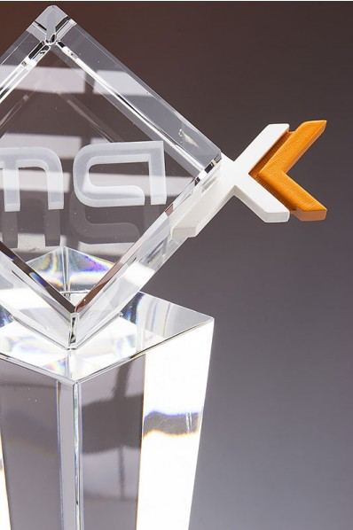 Crystal statuette with 3D printing accent